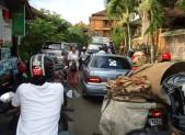 V ulicích města Ubud byly větší dopravní zácpy než obvykle. Podle místních přijede prezident.