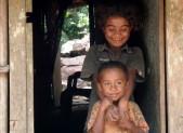 Indonésie Timor děti žvýkají betelový oříšek