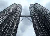 Petronas Towers zblízka. Celé z nerezu.