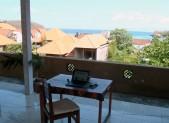 Mobilní kancelář v přístavní vesnici Padangbai na Bali