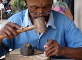 Vysekávání tradičních loutek z kůže