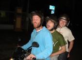 Průvodce nás na kolenou prosil, abysme po třech na motorce nejeli, že nás chytne policie a bude průšvih.