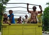 Příjezd na Timor, hlavně bezpečně, dětský sedačky, bezpečnostní pásy a tak. Já jsem ten nejvíc vpravo.